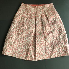 Super smuk nederdel med fine læg. Aldrig brugt. Lækker  kvalitet. Afhentes i Gentofte.  Kontant betaling.