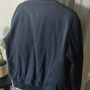 Møg lækker bomber jakke fra kendte LEE som er førende indenfor denim, de har blandt andet kollektioner med soulland og acne.   Den er brugt en enkel sæson, men i rotation med andre jakker. Så den fejler intet! Den er tilpas tyk, men meget behagelig. Kan bruges til efteråret/vinter.   Kan ses i Hillerød eller sendes Vejledende pris 1500kr.