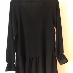 Brugt en sæson, Ingen tegn på slid. Sød sort lille tynd kjole. God til både begivenheder og hverdag.