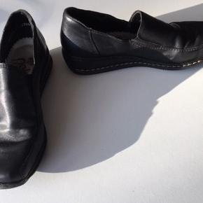 Sort elegangt Rieker skindsko m/2 små elastikkile i hver side af vristen, så man bare hopper i skoene.. Str. 37 - indvendig mål 24 cm.  Pris 20 kr. + evt. forsendelse