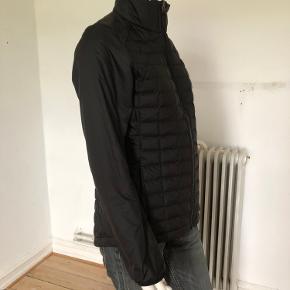 Letvægt dynejakke fra The North Face. Brugt meget få gange, er som ny og fejler intet. Købt sidste år. Model efterår/vinter 2019.  Str S.  Byttes ikke.