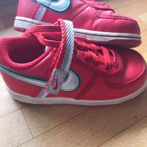 Super flot rød Nike sneakers til lille prinsesse med glimmer ☺️  Skoen er næsten som nye. Ægte læder.