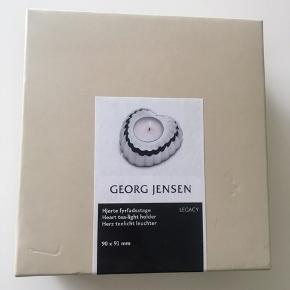 Legacy hjerte lysestage fra Georg Jensen til fyrfadslys. Selve lysestagen har aldrig været brugt, men æsken har fået nogle knubs.