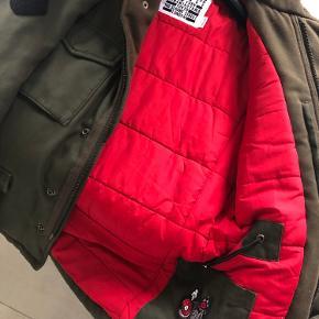 Rigtig fed og varm jakke fra Zadig et voltaire med mange fine detaljer!