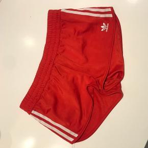 Røde Adidas shorts til piger. Str M  200inkl forsendelse