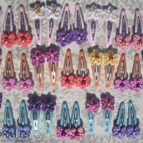 Brand: Faster Larsens Varetype: Hæklede Blomster Spænder Størrelse: 5cm Farve: Mange Denne vare er designet af mig selv.  Søde blomster til håret, på 5cm klikspænder.  25,- pr. par.  En kurv med bomuldsgarn, en kop kaffe, og ild i brændeovnen - og efter et stykke tid så blomstrer mit arbejdsbord :-)  Du må gerne skille et par - altså købe 2 uens - det er faktisk ret sødt, at de ikke er helt ens!  Se andre farver, og 3cm klikspænder på mine andre annoncer med Design by Me.
