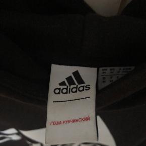 Sælger denne super fede Adidas hættetrøje, men det er ikke en hvilken som helst Adidas hættetrøje. Det er nemlig et collab mellem Det russiske tøjbrand Gosha og Adidas!!! Den har ingen huller og er pisse lækker!