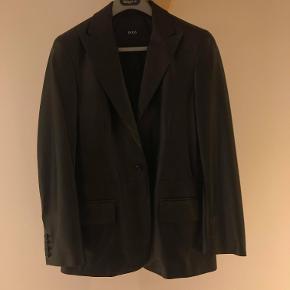 Sælger denne Hugo boss læder jakke/blazer af 100% lammeskind. Jakken er af utrolig god kvalitet, men sælges billigt at jeg desværre ikke kan passe den. Hvis du ønsker flere billeder må du meget gerne skrive til mig.