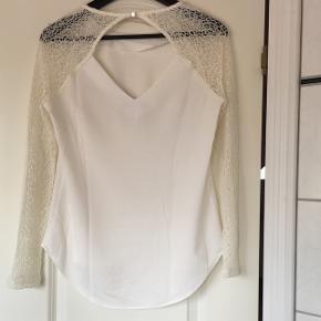 Virkelig flot hvid skjorte/bluse med råhvide ærmer. Super elegant og fin 😌  Har været brugt et par gange, men er i god stand! Passer en x-small/small.   Nypris er 500 kr.