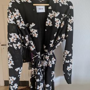 Hatch kimono fra Envii med tilhørende bindebånd