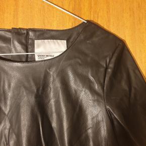 Smuk faux læder T-shirt fra Vero Moda, i str. S