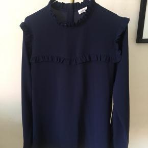 Flot mørkeblå bluse fra second female🌸 Str: small Np: 399 Brugt en enkelt gang💃🏽