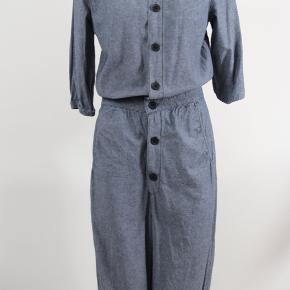 Skøn buksedragt / jumpsuit fra Cheap Monday i tyndt denim-agtigt stof.  Ben - og ærmelængde er 3/4.  Brugt få gange.