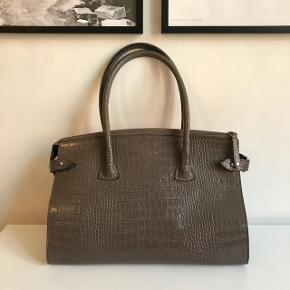 Decadent taske i smuk farve. Den er i god stand men har nogle få brugstegn på indersiden af hankene og en smule i bunden - se billederne :) bredde 36cm