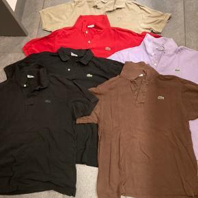 Tøjpakke. Seks ægte Lacoste polo t-shirts. Alle str 6 undtagen den lilla som er str 5. Svarer til L. Alle i god stand og helt anvendelige og fine i farverne. Den beige mangler en knap.  100kr pr styk eller 500kr samlet