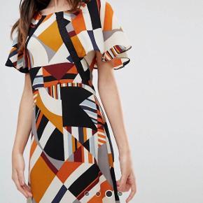 NEDSAT! SIDSTE CHANCE! Helt ny kjole. Str 12/40 men svarer mere til en 38. Længde fra skulder til gulv er 147 cm Taljemål er ca 80 cm Mine egne billeder er lidt mørke så derfor lånte jeg lige et par originale. Nypris: 640