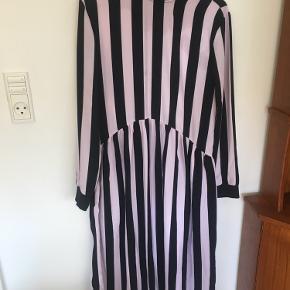 Super fin lang sort og lyserød kjole fra ASOS collusion 😊
