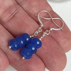 Hjemmelavede øreringe med blå genbrugs kvartsperler med nikkelfri sølvbelagte kroge. Fuld længde ca. 4 cm. Æske kan tilkøbes for 5 kr.  Se også mine andre annoncer med smykker 🦋