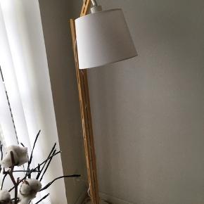 Flot tung træ lampe. Nypris 1100