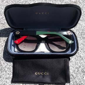 sælger disse fede gucci solbriller , købt i sommers 2019.  Næsten som ny. Der medfølger pudseklud samt etui.  De er købt i synoptik. Har ikke kvittering, men kan garanteret godt få fat på den i synoptik, hvis dette er nødvendigt. Sidste billede er billede af MIG med dem på.