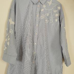 Super fed lettere oversize skjorte i bomuld. Med hvidt broderi. Brugt 3 gange og fremstår som ny.