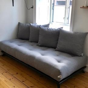 Karup Design  Senza Sofa i Sort Stel med grå puder  200 cm x 90 cm  Senza er i sig selv en smuk minimalistisk sofa, som med sit enkle design kan passe ind i ethvert hjem.  Denne sofa kan bruges både som alm. Sofa men også som sovesofa Vi sælger da vi er flyttet og nu ikke har brug for denne lysning og har et ønske om en anden sofa.  De er 7 måneder gamle.  Købt for 6599kr