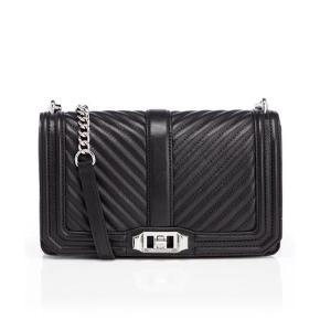 """Varetype: Crossbody Bag - Limited Edition Størrelse: Alm Farve: Sort  Der er et stort rum indeni, to små """"rum/lommer"""" i den ene side og en lille kortlomme + et lynlås rum i den anden side. På bagsiden af tasken er der et lille rum, der lukkes med en magnetknap. Tasken lukkes med en """"twistlås"""". Remmen kan tages af, så tasken kan bruges som Clutch. Mål: Ca. 25 cm lang Ca. 16.5 cm høj Ca.7 cm bred Alt hardware er sølv.  Nypris i Magasin: 3.100kr  ALDRIG BRUGT - STADIG I DUSTBAG - BYTTER IKKE  Generelt: Hvis I ønsker mine ting sendt som forsikret pakke og/eller i boblekuvert/æske, så oplys venligst dette, så det kan lægges oveni prisen."""