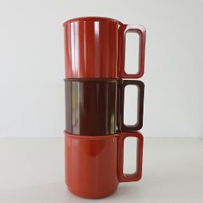Tre rosti krus designet i 60'erne af Martin Falle Uldall. Lidt slid på det ene krus men ellers i fin stand. Måler 8,5 cm. i højden og 8 cm. i diameter. Samlet pris.