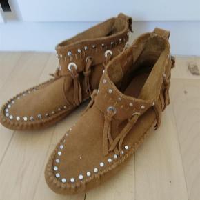 Brand: husker ikke Varetype: Skønne indianer støvler.... Farve: se billede  Været brugt en enkelt gang, - de var desværre for små ;-(