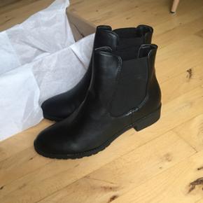 Helt nye støvler fra Asos, stadig i æske. str 38, meget normale i størrelsen. Ny pris 510, sælges til kun 200kr. Sender gerne med dao for 35 kr.
