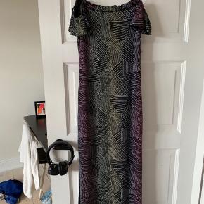 Virkelig flot glimmer kjole. Billederne på er den samme kjole bare i en anden farve som jeg også har til salg. Købt på loppemarket, af privatperson fra ny.  Passes både af 36/38/40 -køber betaler fragt