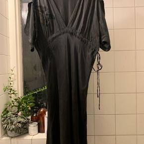 Silke kjole Bruuns bazaar. Str 40. Men er lidt lille i størrelsen. Så passer en lille 40 eller en 38.