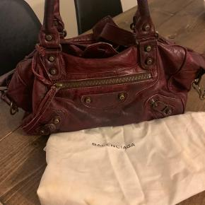 Som ses på det ene billede er der desværre faldet lidt af den ene snor, ellers er tasken rigtig fin og velholdt. 🌸 desuden er tasken MEGET rumlig