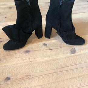Fede støvler fra Zara. BYD gerne.  Ps. Køber betaler fragt.