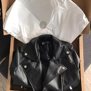 Virkelig fed imiteret og ubrugt læderjakke fra Zara. Helt ny, stadig med mærke. Har også ordrebekræftelse på den.