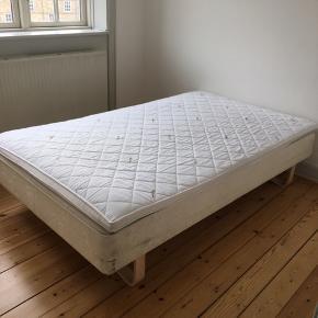 Sælger  brugt seng, hvor en helt ny top madras medfølger. Sengen er helt ok at ligge i :-) 120cm bred.  Top madrassen har ca kostet 800.- fra ny.   Sengen kan afhentes i Kbh NV, og der skal selv kunne transporteres ned fra 4. Sal :-)