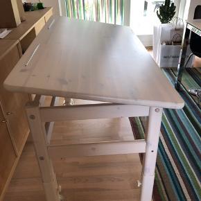 Stabilt og funktionelt skrivebord med vipbar bordplade Fra Flexa. Det er 55-75 cm i højden. Bredde er 66 cm. Længde er 123 cm. Det er brugt med flot og velholdt. Super godt børne skrivebord.