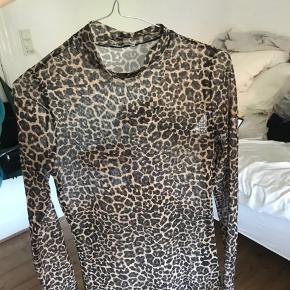 Super fin mesh leopard bluse fra Pieces Brugt få gange Skriv for mere info eller flere billeder, mængde rabat gives🤍
