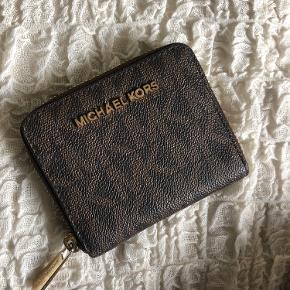 Sælger denne MK pung, som ingenting fejler😊 har også posen et sted, hvis man vil have den med, byd gerne!