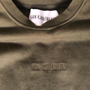 HAN kjøbenhavn sweatshirt med lommer på ærmerne. Købt i new York. Fed mørkegrøn farve. Str small. Lille flaw at knappen sidder fast på venstre. Derfor er den billig. Skriv hvis spørgsmål eller andet