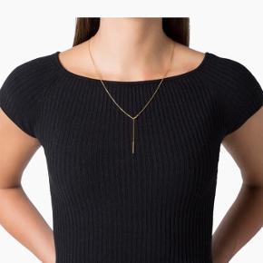 """Jane Kønig """"faceted anchor chain"""" facetteret ankerkæde i mat, forgyldt sterlingsølv. Halskæden måler 50 cm og lukkes med en karabinlås. Kæden er klassisk, men den fine detalje ved låsen gør den særligt dekorativ. For et mere personligt look, kan du kombinere halskæden med dine favorit vedhæng."""