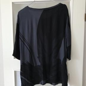 Lækker helt ny og ubrugt bluse fra YAYA women . Farven er stålblå/sort .100% viskose . Nypris 5550kr . Str hedder 44 men vil også passe en  42 . 64 cm lang og 58 cm x 2 fra ærmegab til ærmegab . Bytter ikke