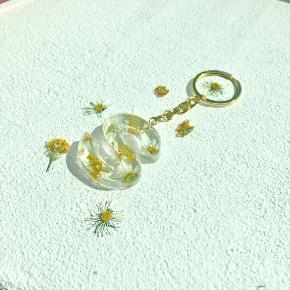 Mangler du en adventsgave, pakkekalendergave, julegave eller en lille ting til dig selv er du kommet til det rette sted☺️💕jeg laver selv nøgleringene, de er lavet af resin og du kan selv vælge bogstav, guld eller sølv og hvilke farver blomster der skal i. De er gennemsigtige med lidt luftbobler i, det kan man ikke undgå 🌻fragt er 10 kr med postnord (ikke forsikret) eller 40 kr med dao (forsikret) Kan også hentes lidt væk fra Aarhus
