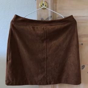 Sød nederdel fra esprit i str 38 i en slags ruskind/suede materiale. Sælges da den er for stor dsv:/