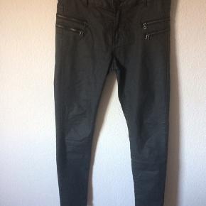 Noisy May - coated jeans Str. S Næsten som ny Farve: sort (lynlås detaljer på lårene) Mål: Livvidde: 80 cm hele vejen rundt Længde: Ydre: 99 cm Indre: 78 cm Køber betaler Porto!  >ER ÅBEN FOR BUD<  •Se også mine andre annoncer•  BYTTER IKKE!