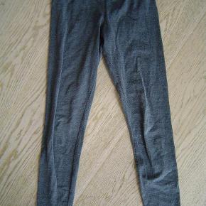 Varetype: Gråmeleret leggings str. 134 fra H&MStørrelse: 8-9år Farve: Mørkegrå  Gråmeleret leggings str. 134 fra H&M. Ingen huller eller pletter. Sat under slidt pga. brugsfnuller.  Byd!
