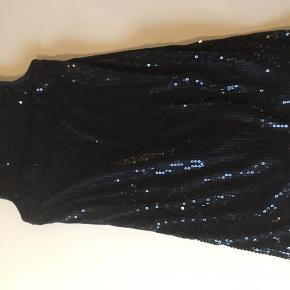 Rigtig fin kjole. Den er sat til slidt fordi der mangler lidt perler i bunden.  Men det er ikke noget, man lægger mærke til.  Den er ellers rigtig fin.  Kom med et bud.  Jeg sender med DAO.