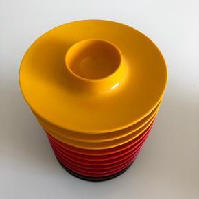 Retro til morgen, brunch og frokost bordet. Rosti æggebægre i smukke farver 11stk. 2 brune, 3 røde, 2 mørk orange, 1 lys orange og 3 gule. Alle er i fin stand. Sælges samlet.