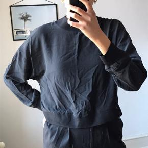 Sælger denne bluse fra Envii i en str. XS.  Den har været brugt få gange.  Stoffet er 100% silke. Der er en plet som vist på billedet, den er ikke meget synlig, men den er der. Pletten er foran i højre side, tæt på armhulen. Skriv endelig hvis du vil se et mere præcist billede. Ny pris har været 450,- Sælges for 50,-  Købes flere annoncer sammen kan vi arrangere mængderabat:))