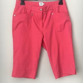 Daily Sports bermudashorts til golf eller anden sport. Daily sports laver kun sportstøj til kvinder og det er i super lækker kvalitet og med god pasform. Kan også bruges som lette sommershorts. God længde. Med lille slids ved knæet. Længde 60 cm. Liv 41 x 2.